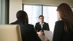 Candidato de trabalho masculino na entrevista de trabalho, aperto de mão, falando introduzindo-se video estoque
