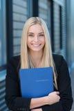 Candidato de trabalho novo de sorriso com seu CV fotos de stock