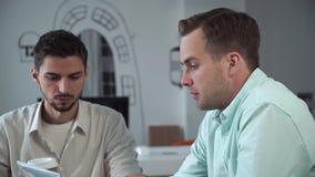 Candidato del hombre joven en entrevista de trabajo en oficina almacen de video