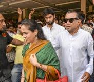 Candidato di BJP ed attore Paresh Rawal che hanno vinto dall'est di Ahmedabad con la sua moglie nell'ufficio di Gandhinagar BJP Immagini Stock Libere da Diritti