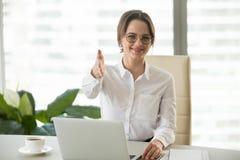 Candidato di lavoro sorridente di saluto della donna di affari che chiede di sedersi fotografie stock