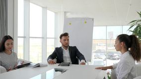 Candidato durante entrevista de trabajo en la compañía grande en la oficina blanca y espaciosa, diálogo en trabajo con la secreta metrajes