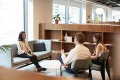 Candidato fêmea de And Businesswoman Interviewing do homem de negócios no escritório no dia graduado da avaliação do recrutamento imagens de stock royalty free