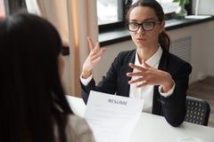 Candidato fêmea milenar seguro nos vidros que fala no trabalho foto de stock royalty free