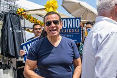 Candidato a gobernador Antonio Villaraigosa de California que hace campaña en la playa de Hermosa, California imagenes de archivo