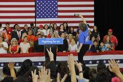 Candidato presidencial Hillary Clinton Campaigns en Oxnard, CA a Foto de archivo