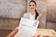 Candidatos de trabalho que têm a entrevista foto de stock