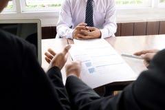 Candidatos de trabalho que têm a entrevista no escritório fotos de stock royalty free