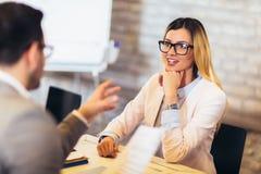 Candidatos de trabalho que t?m a entrevista imagens de stock