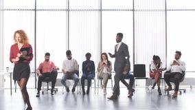 Candidatos multiétnicos que se sientan en la cola para conseguir un trabajo metrajes