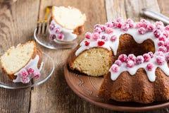Candied cranberries bundt tort z cytryna cukrowym glazerunkiem Zdjęcia Stock