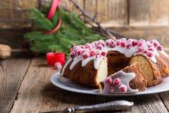 Candied cranberries bundt tort z cytryna cukrowym glazerunkiem Obrazy Royalty Free
