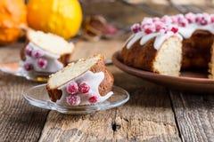 Candied cranberries bundt tort z cytryna cukrowym glazerunkiem Zdjęcie Stock