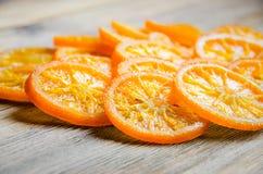 Candied pomarańcze na drewnianym stole obrazy stock