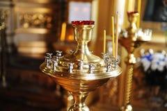 Candila mit Kirchenkerzen in der Nahaufnahme der Russisch-Orthodoxen Kirche Stockfotos