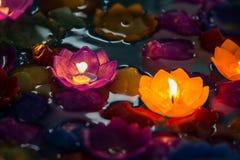 Candle as flores coloridas, bonito no dia loy do krathong Fotografia de Stock Royalty Free