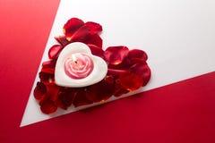 Candle o coração no coração do backgr branco vermelho do canto das pétalas cor-de-rosa Imagem de Stock