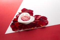 Candle o coração no coração do backgr branco vermelho do canto das pétalas cor-de-rosa Fotos de Stock