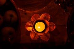 Candlelabre encantador bonito da forma dos lótus com vela ardente fotografia de stock royalty free