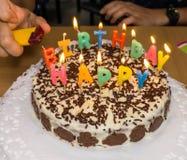 candlelight fuego hecho en casa de la torta de cumpleaños fotos de archivo
