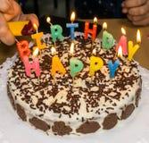 candlelight mano hecha en casa de la torta de cumpleaños imagen de archivo libre de regalías