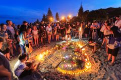 Candlelit Strandnachtwache für Terrorismusopfer, Berg Maunganui, Neuseeland stockbilder