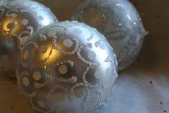 Candlelit Weihnachtsverzierungen Stockfotografie