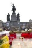 Candles+flowers vor den Statue ofWenceslas Stockfotos