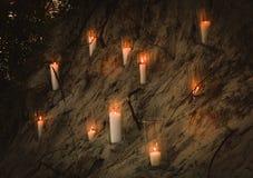 Candles a grande ilha de vidro da areia do precipício do vaso fotografia de stock