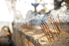 Candless en el templo antiguo de Buda en Shri Lanka Foto de archivo libre de regalías