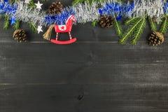 candlestick bożych narodzeń składu snowball Odgórny widok, mieszkanie nieatutowy, kopii przestrzeń Koń, świerkowi brunces, świeci fotografia royalty free