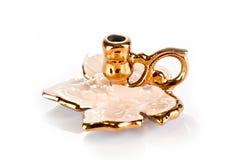 Candlestick ceramiczny biel z złotem dla jeden świeczki na białym tle obraz stock