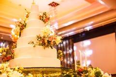 Candlestick i ślubny tort na szklanym stole przy sceną w ślubnej ceremonii Ślubnej ceremonii dekoracj i narzędzi pojęcie Obrazy Royalty Free