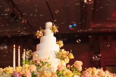 Candlestick i ślubny tort na szklanym stole przy sceną w ślubnej ceremonii Ślubnej ceremonii dekoracj i narzędzi pojęcie Fotografia Royalty Free