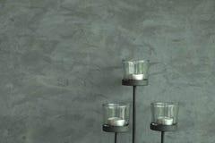 Candlestick i cementu ścienny tło Zdjęcie Stock