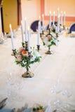 Candlesticks z świeczkami przy ślubem Zdjęcia Stock