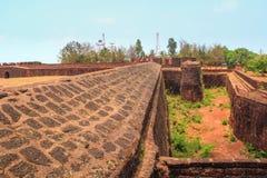 CANDOLIM, GOA, INDIA - 11 2015 APR: Antyczny fort Aguada i latarnia morska budowaliśmy w xvii wiek Zdjęcie Stock