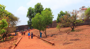CANDOLIM, GOA, INDIA - 11 2015 APR: Niezidentyfikowani turyści chodzą blisko fortu Aguada, Goa Fotografia Royalty Free