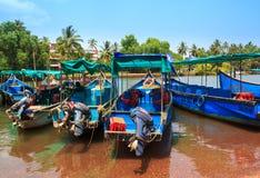 CANDOLIM, GOA, INDIA - 11 APRIL 2015: De blauwe boten zijn in de haven Rondvaart - populair vermaak bij vakantiereizigers Royalty-vrije Stock Foto