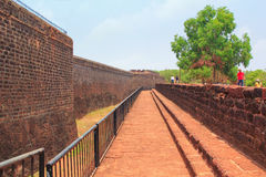 CANDOLIM, GOA, INDIA - 11 APRIL 2015: Het oude Fort Aguada en de vuurtoren bouwden de 17de eeuw in Stock Foto