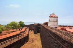 CANDOLIM GOA, INDIEN - 11 APRIL 2015: Fortet Aguada och den gamla fyren byggdes i det 17th århundradet Royaltyfri Fotografi