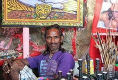 CANDOLIM GOA, INDIEN, 22 NOVEMBER 2014: Säljare av souvenir på marknaden i Arambol, Goa, Indien Royaltyfri Fotografi