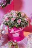 Candy Antivari Interno bianco luminoso con i lotti dei fiori rosa Polvere rosa Mazzo dei fiori rosa delicati in scatole rotonde S Fotografie Stock