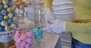 Candy Antivari mani femminili messe sulle caramelle gommosa e molle colorate tavola video d archivio