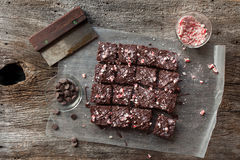 Candy Cane Chocolate Brownies Cut nei quadrati su fondo di legno rustico Immagine Stock