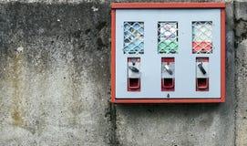 Candy e macchina della gomma sulla parete di lerciume immagine stock libera da diritti
