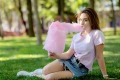 candy jedząc dziewczyny young bawełny obraz royalty free