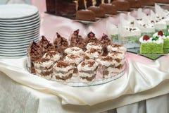Candybar在餐馆 甜酥皮点心的装饰的白桌傻瓜 免版税库存照片