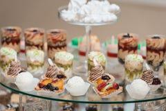 Candybar dans un restaurant Imbécile blanc décoré de table de pâtisserie douce Photographie stock libre de droits