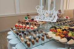 Candybar in un ristorante Sciocco bianco decorato della tavola di pasticceria dolce Immagini Stock Libere da Diritti